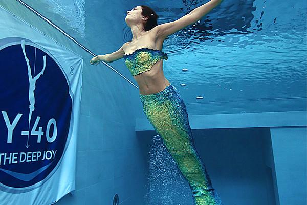 Nella piscina pi profonda le bambine diventano sirene con for Pinne x piscina
