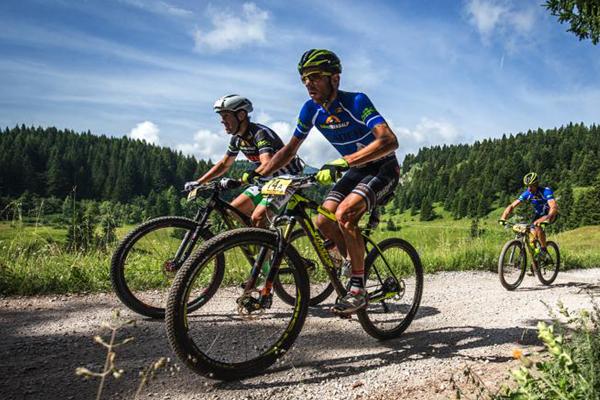 Massimo Debertolis in azione, seguito da Laner (Foto da Uff Stampa Pegaso Media)