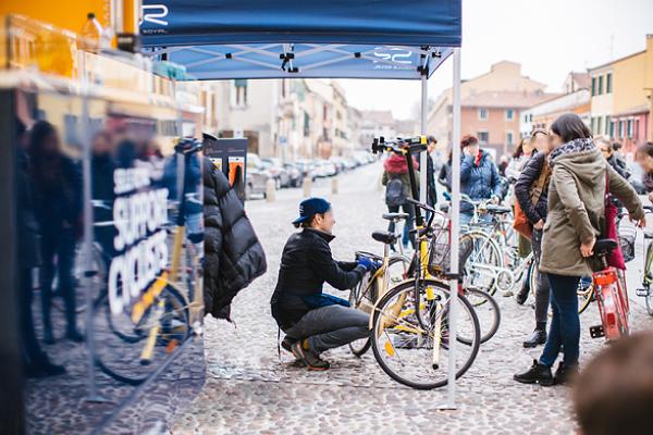 Support Cyclists On The Road, riparte il Van che offe riparazioni di biciclette e caffé